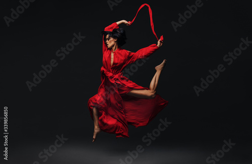 Photographie Contemporary female dancer dancing in studio
