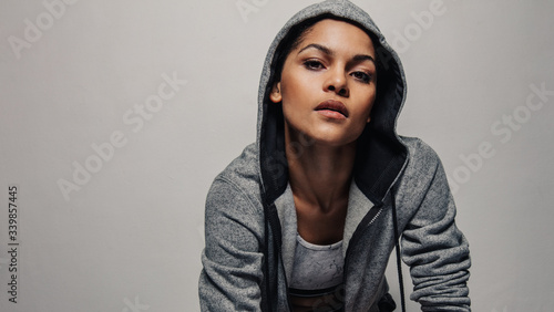 Photo Fitness woman in a hoodie jacket