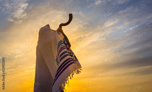 Obraz na plátně Blowing the Shofar - man in a tallith, Jewish prayer shawl is blowing the shofar