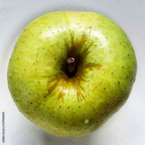 Fotografia Directly Above Shot Of Granny Smith Apple On Plate