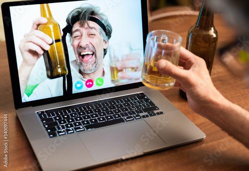 Work colleagues celebrate success by getting drunk on beers on long-distance vid Billede på lærred