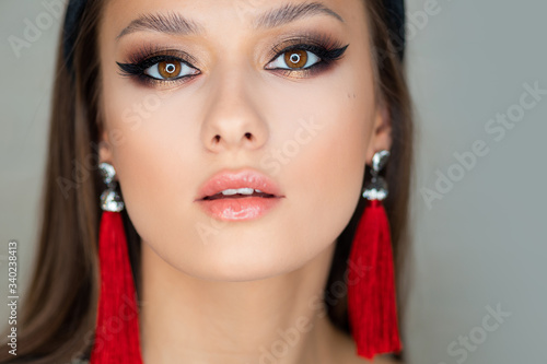 Portrait of a young beautiful brunette woman with bright eye makeup Fototapet