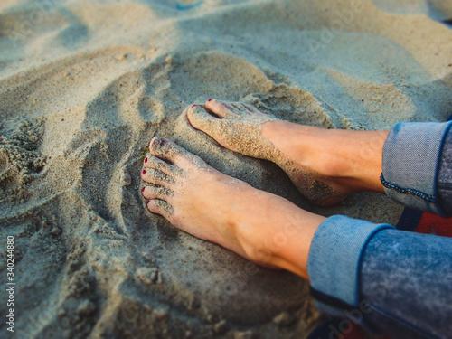 Obraz na plátně Boso po plaży. Stopami po piasku.