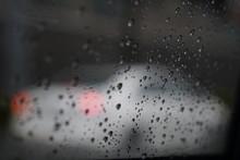 車の窓ガラスに着く水...