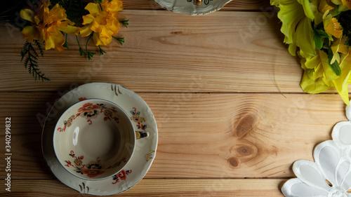Kompozycja filiżanki na tle sosnowego stołu.