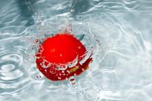 Tomate Rouge Tombant Dans L'eau