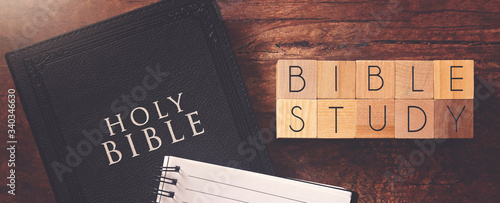 Fotografia Bible Study in Block Letters on a Wooden Table with a Holy Bible