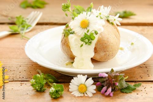 Ofenkartoffel Kartoffel gebacken gefüllt mit Quark Kräutern Wildkräuter essbare Tableau sur Toile