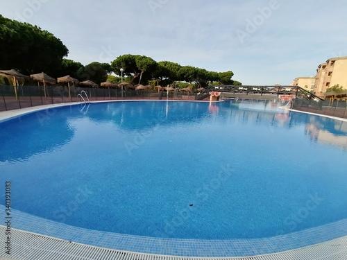 Vista de la piscina en un día hermosa con cielo azul en España Canvas Print
