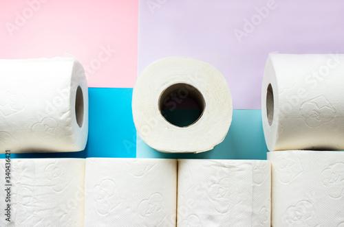 Fotografía Toilet paper rolls on minimalistic style background