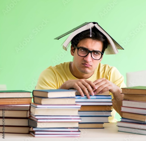 Fotografia Student with too many books to read before exam