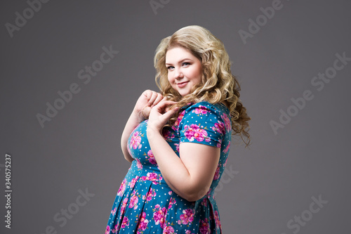 Fotomural Plus size fashion model in floral dress, fat woman on gray background