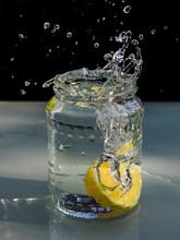 Citron Tombant Dans L'eau