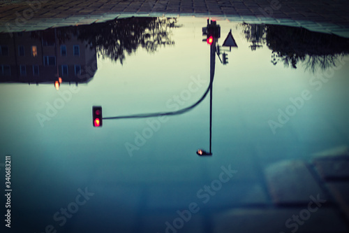 Fotografia Reflection Of Red Light On Puddle