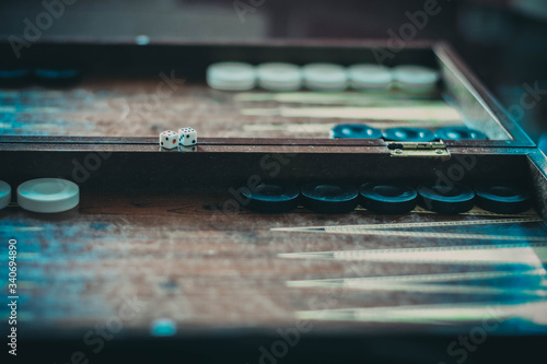 Leinwand Poster Mann spielt Backgammon