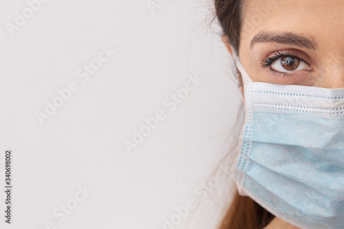 Obraz na plátne ritratto sterro di viso di donna con mascherina chirurgica protettiva