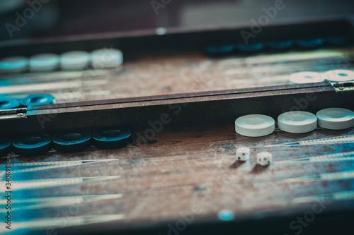 Foto Mann spielt Backgammon