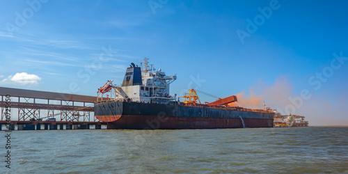 Photo Loading bulk carrier ship with bauxite aluminum ore at Kamsar port, Guinea