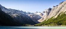 Lago Entre Montañas Nevadas E...