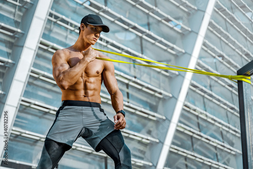 Photo Strong man working with resistance band