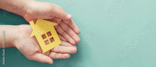 Fotografia hands holding paper house, family home, homeless housing and home protecting ins