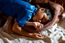ベッドで眠る少年