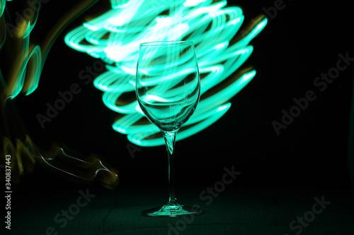 Obraz kieliszek światło transparentny czerń malowany - fototapety do salonu
