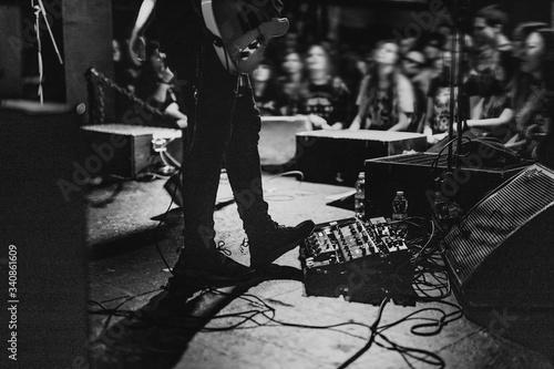 Foto Musician using a pedal board in a concert