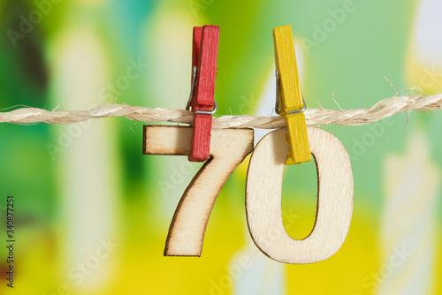 Valokuva 70 Geburtstag und eine Torte mit Kerzen