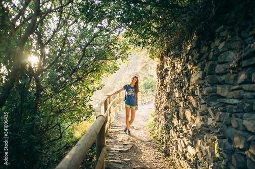 Fotografia Young Woman Standing On Hillside Footpath