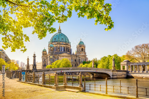 Foto the famous berlin cathedral at summer