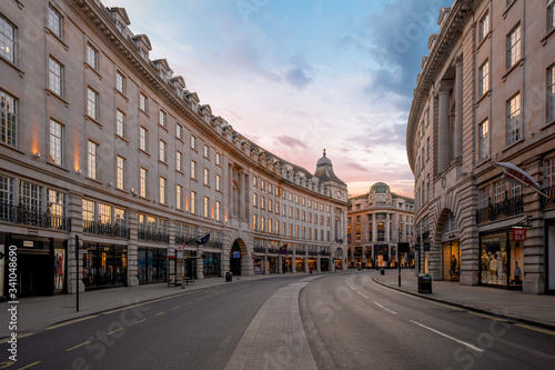 Obraz LONDON, UK - 30 MARCH 2020: Empty streets in Regents Street, London City Centre during COVID-19, lockdown during coronavirus - fototapety do salonu