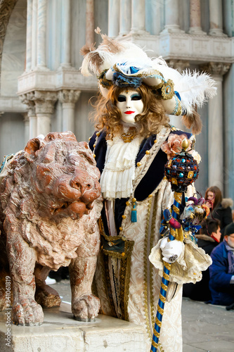 CARNIVAL OF VENICE: Magistrate posing next to the winged lion in Venice Fototapeta