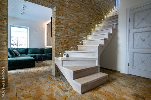 Photo Stylish wooden contemporary staircase inside loft house interior