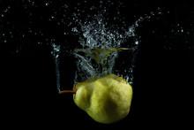 Splash De Pera En El Agua