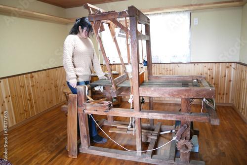 Fotografie, Obraz 奄美で大島紬を織る女性