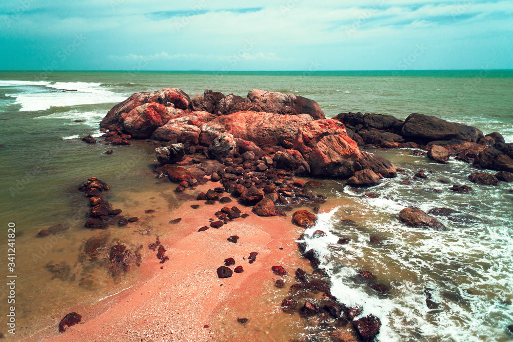 Fototapeta Ocean, błękitne niebo oraz skały.