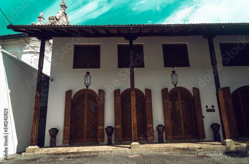 Drewniane dzrzwi i okna. styl kolonialny.