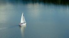 Jacht Na Jeziorze. Żaglówka ...