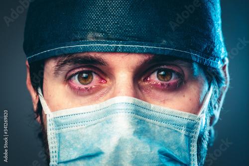 Fotografia Coronavirus, medico stanco che piange. Primo piano.