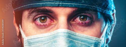 Fotografija Medico piange dopo un turno nei reparti di terapia intensiva, coronavirus