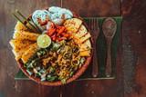 Wegatariański bowl, sałatka tropikalna pełna warzyw.
