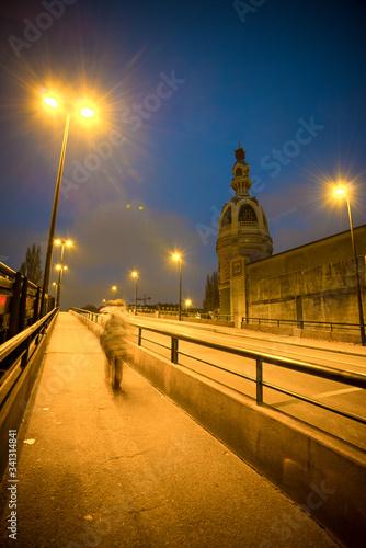 rue et tour lu avec pont au lever du jour avec lampadaire et personne allant au travaille  Fototapete