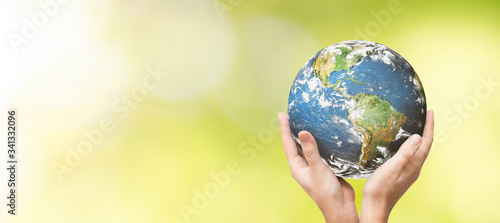 Foto Earth globe in family hands. World environment day