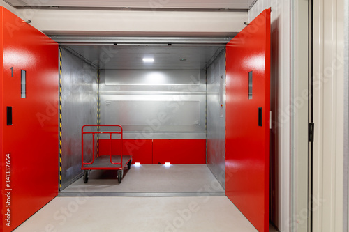 Fototapeta Lastenaufzug in einem Self-Storage Lager
