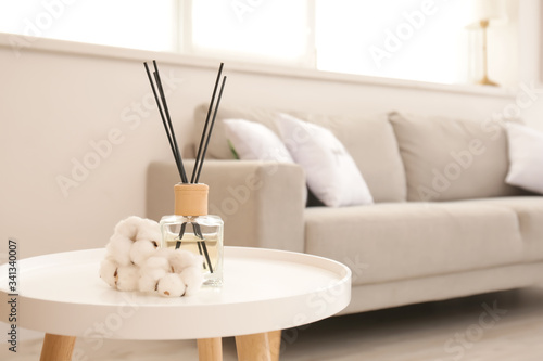 Foto Reed diffuser on table in living room