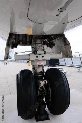 Photo Rear landing gear of a KLM Fokker 100