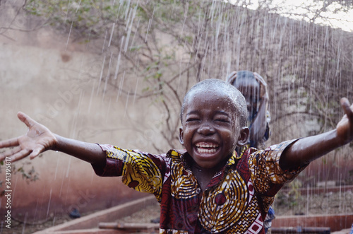 Happy African Children Finally Getting Water during the Dry Season in Bamako, Ma Fototapete