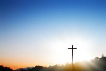 朝日を浴びる十字架