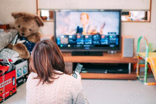 リビングでテレビを見る女性 自粛 自宅待機